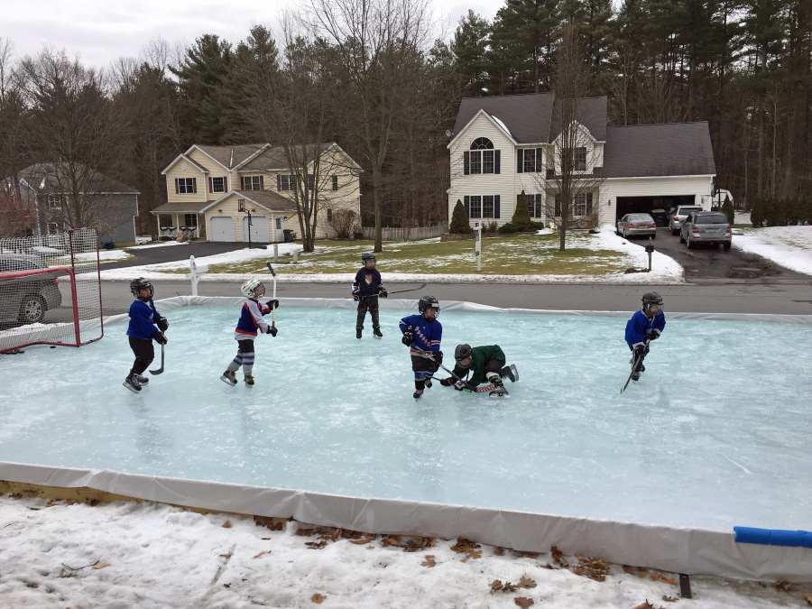 Exceptionnel 17, 2016 Photo Provided By Iron Sleek Shows Children Playing Hockey On A Backyard  Rink In The Frontyard Of A Residential Area And Built With An Iron Sleek ...