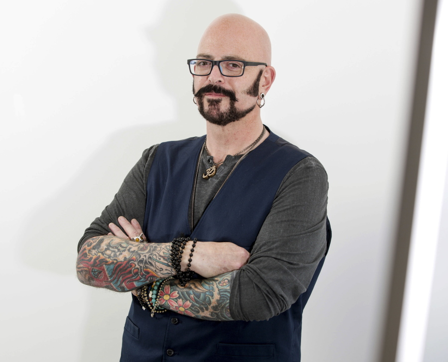 Tv cat guy accept felines for who they are the columbian for Jackson galaxy cat mojo