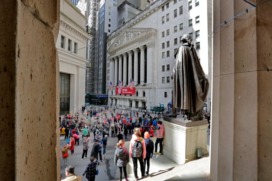 Wall St rises as Syria fears ease; healthcare stocks jump